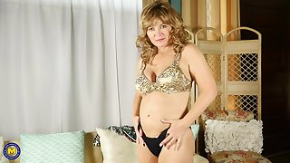 Busty mature blonde second-rate MILF Isabelle O. plays with toys